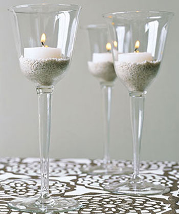 Using sands to hold the candle in crystal glass